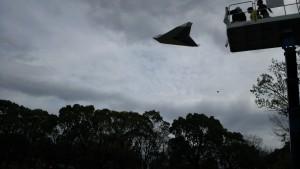 全長約2.25メートルの世界最大の折り紙飛行機を飛ばして飛距離を競っています